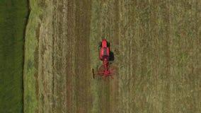 Traktorarbeit über grüne Felder stock video