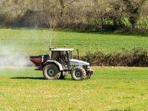 Traktorarbeitsdüngerstreuen Lizenzfreies Stockbild