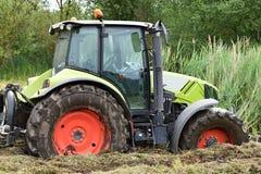 Traktoravverkningen in i träsket arkivfoton