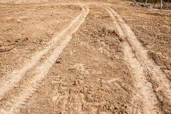 Traktordäckspår på jordningen Royaltyfria Bilder