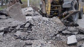 Traktoreimer bricht Asphalt stock video