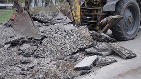 Traktoreimer bricht Asphalt stock video footage