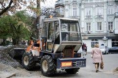 Traktoren är i operation royaltyfri bild