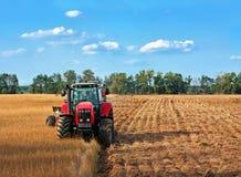 Traktoren auf Feld Stockfoto