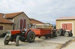 Traktoren am Chateaula Dorgonne-Weinkellereiyard in Provence, Frankreich Stockbilder