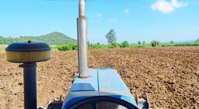 Traktoren, die den Boden für das Pflanzen vorbereiten Lizenzfreie Stockfotografie
