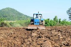 Traktoren, die den Boden für das Pflanzen vorbereiten Stockfotos