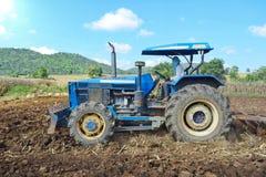Traktoren, die den Boden für das Pflanzen vorbereiten Stockfoto