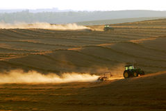 Traktoren, die am Feld arbeiten Stockfoto