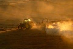 Traktoren, die am Feld arbeiten Lizenzfreie Stockbilder