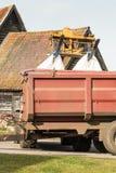Traktoren, die im Hof arbeiten Stockfoto