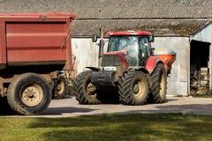 Traktoren, die im Hof arbeiten Lizenzfreies Stockfoto