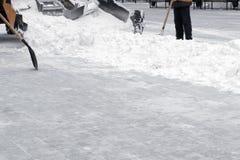Traktoren gör ren gatan från det insnöat staden kopiera avstånd Arbetande skyfflar krattar snö Rengöra efter enstorm arkivbild