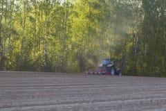 Traktoren i fältet på jordbruks- operationer Royaltyfri Fotografi