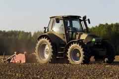 Traktoren i fältet på jordbruks- operationer Royaltyfri Bild