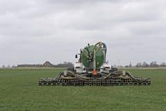 Traktoren injicerar vätskegödsel i ett fält Royaltyfria Foton