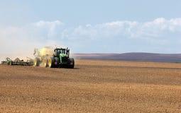Traktoren John Deere producerar kornskördar royaltyfri foto