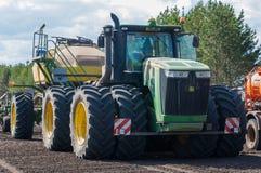 Traktoren John Deere producerar kornskördar royaltyfri fotografi