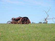 Traktoren och trädet Fotografering för Bildbyråer