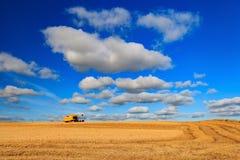 Traktoren och vete brukar i Aberdeen, Skottland Arkivfoto