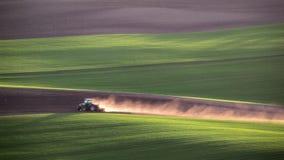 Traktoren odlar fältet på våren stock video