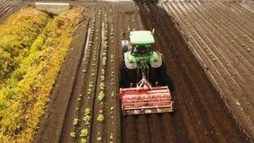 Traktoren odlar landet i fältet lager videofilmer