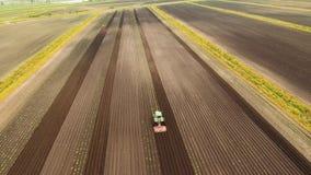 Traktoren odlar landet i fältet stock video