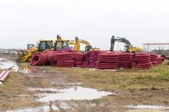 Traktoren, Planierraupen und Abwasserkanalrohre stockfoto