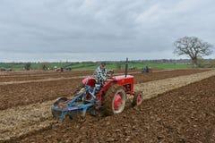 Traktoren plöjer ett fält Arkivbilder