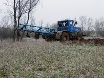 Traktoren plogar f?ltet Traktorritter p? f?ltet och plog?kermarken Detaljer och n?rbild fotografering för bildbyråer