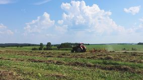 Traktoren plogar landet lantlig sommar för liggande lager videofilmer