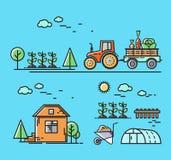 Traktoren rider på vägen i bygden, ett hus med ett växthus Royaltyfria Foton