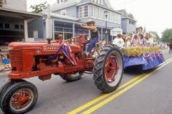 Traktoren som drar flötet i Juli 4th, ståtar, vaggar Hall, Maryland royaltyfria bilder