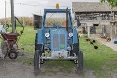 Traktoren står i gården Royaltyfria Bilder