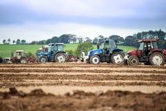 Traktorer i den irländska medborgaren som plöjer mästerskap Royaltyfri Fotografi