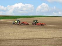 Traktorer i ett fält Fotografering för Bildbyråer