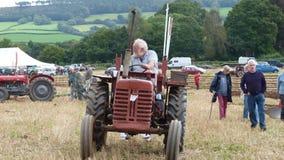 Traktorer på en plöja strid i England Royaltyfri Fotografi