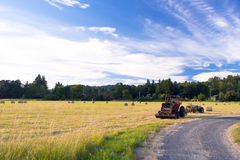 Traktorer på fältet under slåtter Royaltyfri Fotografi