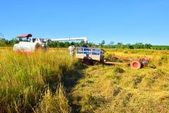 Traktorer plog-hjälpt maskineri arkivfoton