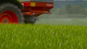 Traktorer som besprutas med gödningsmedel