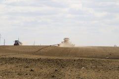 Traktorer som producerar pneumatisk sådd, borrar Arkivbilder