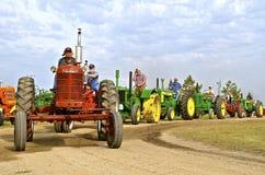 Traktorer ställer upp för ståtar på ett ångatröskverkmöte Royaltyfria Bilder
