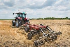 Traktorförberedelse fältet Arkivfoto