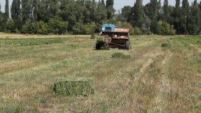 Traktorflyttningarna på fält lager videofilmer