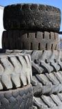 Traktorgummihjul Använda gamla traktorgummihjul i fält arkivfoto