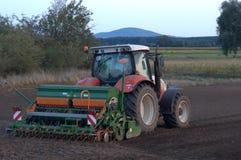 Traktormedlet förbereder fältet Arkivfoton