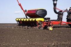 Traktornahaufnahme auf dem Feld schafft die Grundlage für das Säen des Weizens Stockbild