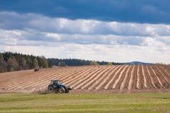 Traktorpflügen archiviert Lizenzfreie Stockfotos