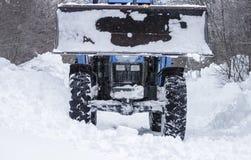 Traktorröjningsnö Royaltyfri Bild