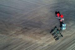 Traktorsäen auf dem Gebiet Stockbild